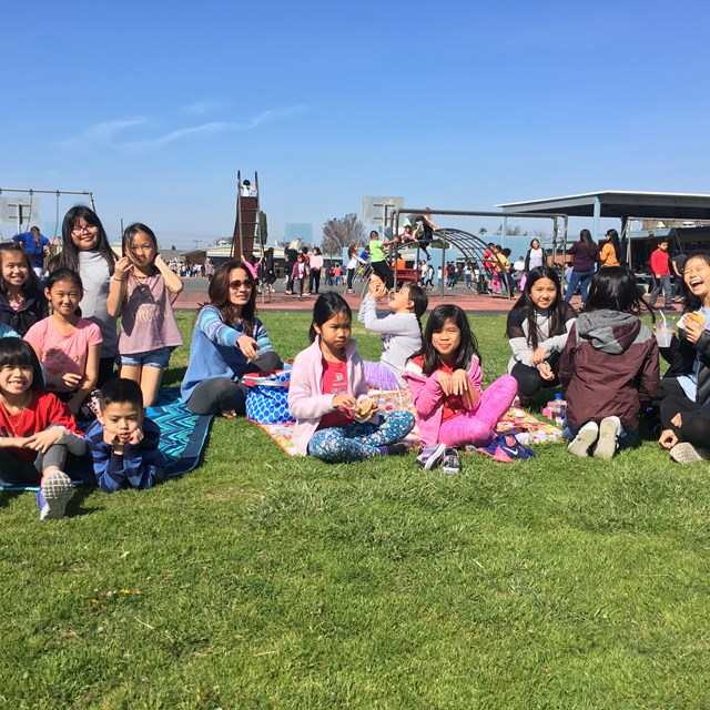 It's a lunchtime picnic with students and their families!